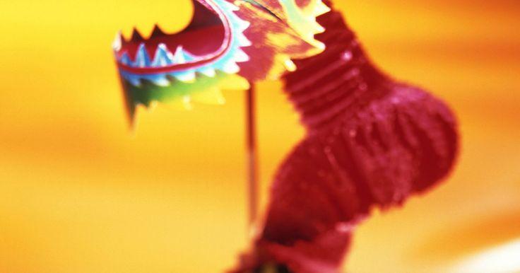 Manualidades chinas fáciles. Aprender sobre las artes y manualidades chinas puede ayudarte a entender mucho mejor a la cultura de dicho país. El país tiene varias tradiciones y los niños que aprenden sobre China pueden divertirse haciendo modelos y decoraciones para el Año Nuevo Chino.