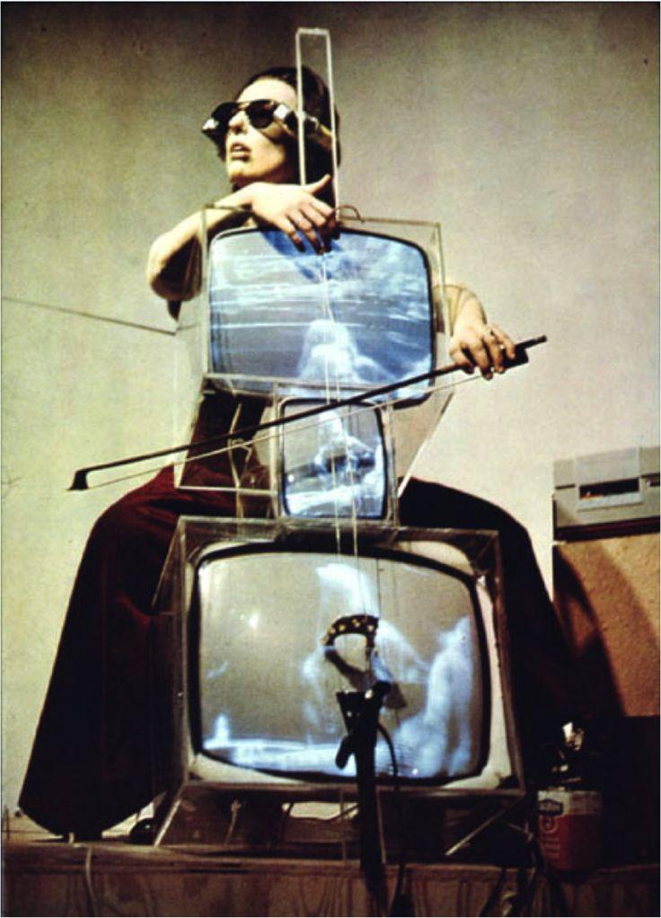 """Fluxus fue uno de los primeros grupos que inició su labor como un colectivo dedicado a explorar los límites del arte. """"Fluxus purga el mundo de la locura burguesa en la cultura intelectual, profesional y comercializada. Purga el mundo del arte muerto, de imitación, del arte artificial…"""" - George Maciunas."""