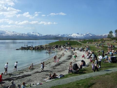 Intercambio de casas con Tomsø, #Noruega. A 3min de la playa para disfrutar de actividades al aire libre en verano y del espectacular paisaje de las Auroras Boreales en invierno.