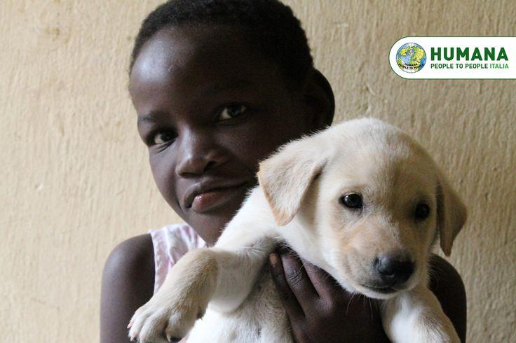 """Un cucciolo di cane è entrato nelle vite dei bambini del Centro di Accoglienza di HUMANA a Maputo: l'hanno adottato e chiamato Mulungo, che significa """"bianco"""". In poco tempo, Mulungo è diventato la mascotte del Centro!"""