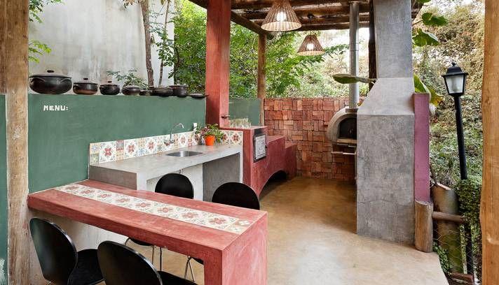 Fogão à lenha, lustres de palha e cimento batido caracterizam um espaço gourmet tipicamente do interior de Minas Foto: HENRIQUE QUEIROGA/Di...