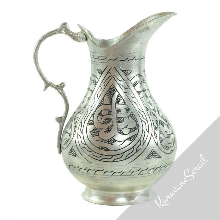 Cette carafe en cuivre a été entièrement réalisée et décorée à la main. Travail 100% artisanal ! #deco #cuivre #decoorientale