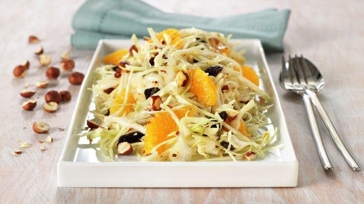 Furulysalat er en gammel klassiker. Salaten er frisk og enkel, og laget av ingredienser man ofte har for hånden. Den er et deilig tilbehør til skinkestek, koteletter, grillmat og spekemat.