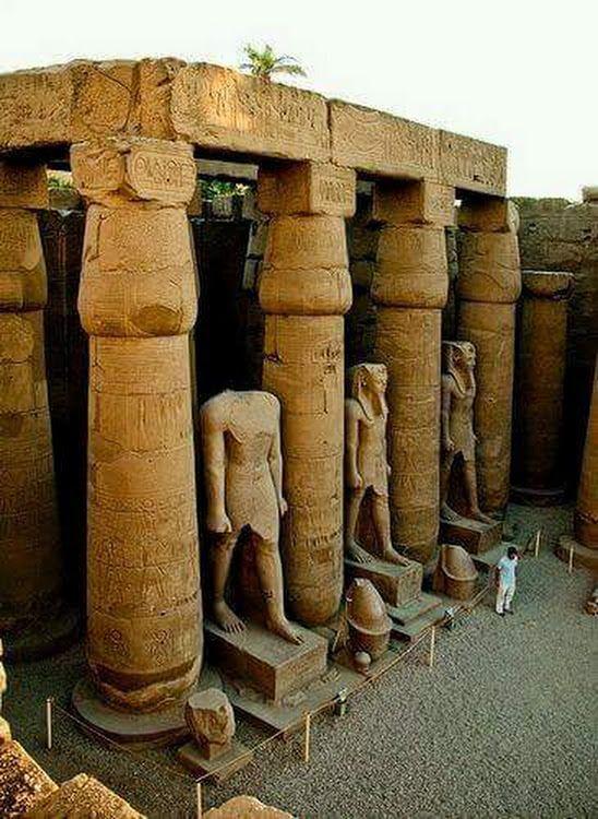 Estatuas colosales de Ramses II en el templo de Karnak,Tebas,Egipto. Actual Luxor,Egipto.