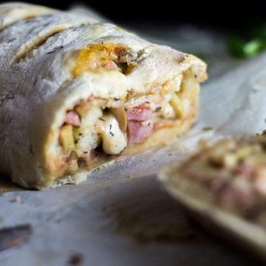 Stromboli is a wrapped pizza. You can make it with everything you want! The perfect recipe to change from your ordinary pizza (in French).
