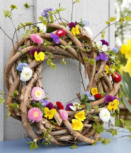 Ringelreihen mit Blüten: Birkengrün in einen rustikalen Kranz flechten, bunte Blüten dazustecken - fertig ist der Frühlingskranz zum Aufstellen, Hinlegen...