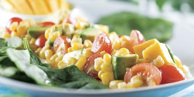 Salade de tomates cerises, d'avocats, de mangue et de maïs