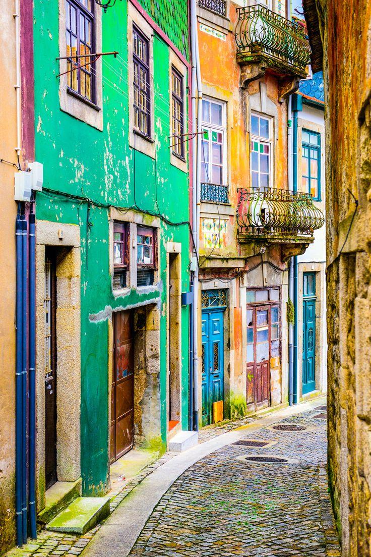 カラフルに彩られたポルト市街の路地 激動の世界史を創りあげたポルトガルの古き良き港町、ポルト