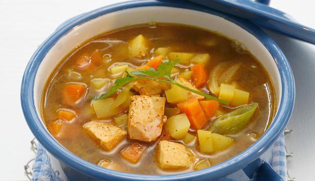 Fiskesuppe med rik smak av karri. I suppen brukes laks og gode rotgrønnsaker, og det som er flott er at alle de gode vitaminene og næringsstoffene bevares i suppen. #fisk #oppskrift