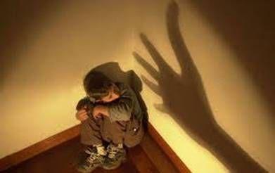 Consecuencias del maltrato infantil Cuando una persona fue maltratada durante la infancia, en su vida de adulto persisten las consecuencias de esos malos tratos. Entre los efectos de las experiencias vividas se incluyen normalmente algunos de los siguientes: Baja autoestima. Acciones violentas o destructivas. Consumo excesivo de drogas o alcohol. Matrimonios conflictivos. Problemas en la crianza de sus hijos. Problemas en el trabajo. Pensamientos de suicidio. Desarreglos alimentarios…