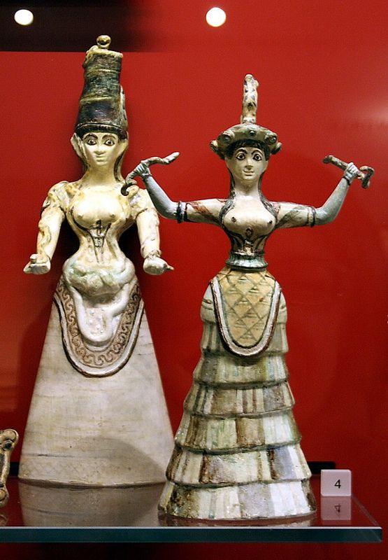 Oxford. Ashmolean Museum. Deesses minoiques amb serps procedents de Cnossos. (Serpent Goddesses of Knossos) 1650-1600 aC.