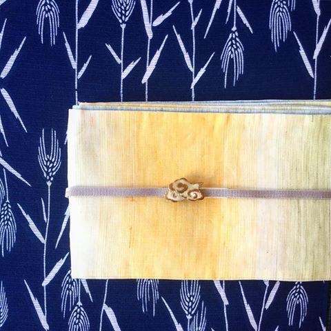 今日は、お花見日和ですね。  こちらは、一足先に麦の穂の柄の綿絽に麻の半幅帯、そしてビールの泡のような雲の帯留。まさしく、ビアガーデン仕様のコーデになります。早く、みんなで大通りでビールを飲みたいですね〜  着物  竺仙 綿絽  帯  麻半幅帯  #oteshio #Kimono#竺仙#大人きものおしゃれ事典 #半幅帯 #麦の穂#ビアガーデン