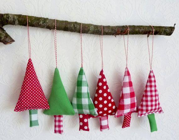 Kerstboom versiering in de kleuren groen, rood en wit.    6 stoffen kerstbomen om in de kerstboom te hangen of aan de deurknop.    De kerstversiering