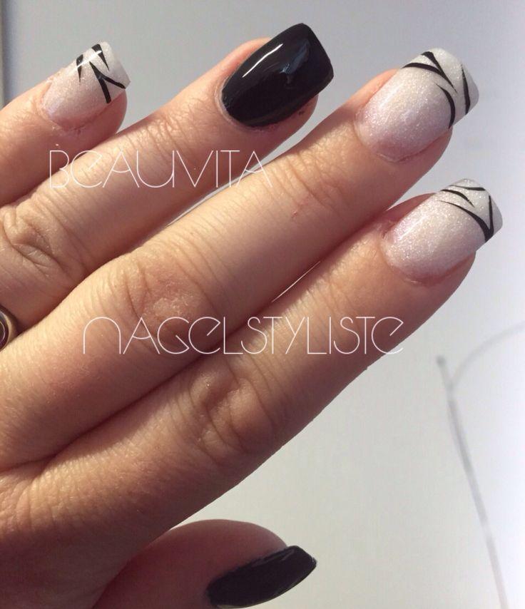 Acryl nagels met zwarte gellak op de ringvinger.