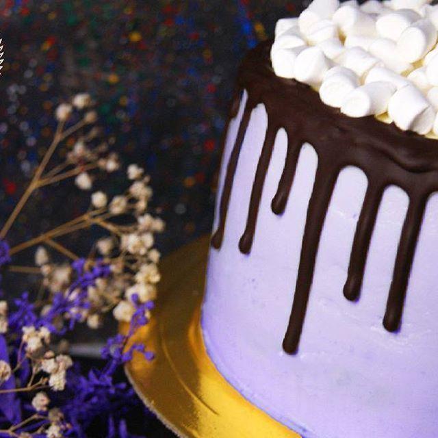 Пятница- лучший день недели! Ведь впереди отличные выходные😉 на фото шоколадный торт с прослойкой из свежих бананов и кремом-чизом😋