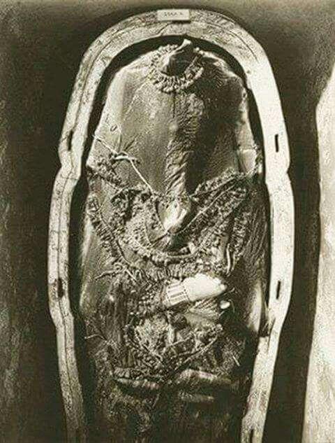 "Tutankhamen's mummy as seen by Howard Carter for the first time in Egypt.   ╬‴دكر ؟  والا نتايه ؟  نتايه  !  و آدى زبرى༺❀༻﴾﴿ﷲ ☀ﷴﷺﷻ﷼﷽ﺉ ﻃﻅ‼ﷺ ☾✫ﷺ搜索 ◙Ϡ ₡  ♕¢©®°❥❤�❦♪♫±البسملة´µ¶ą͏Ͷ·Ωμψϕ϶ϽϾШЯлпы҂֎֏ׁ؏ـ٠١٭ڪ.·:*¨¨*:·.۞۟ۨ۩तभमािૐღᴥᵜḠṨṮ'†•‰‽⁂⁞₡₣₤₧₩₪€₱₲₵₶ℂ℅ℌℓ№℗℘ℛℝ™ॐΩ℧℮ℰℲ⅍ⅎ⅓⅔⅛⅜⅝⅞ↄ⇄⇅⇆⇇⇈⇊⇋⇌⇎⇕⇖⇗⇘⇙⇚⇛⇜∂∆∈∉∋∌∏∐∑√∛∜∞∟∠∡∢∣∤∥∦∧∩∫∬∭≡≸≹⊕⊱⋑⋒⋓⋔⋕⋖⋗⋘⋙⋚⋛⋜⋝⋞⋢⋣⋤⋥⌠␀␁␂␌┉┋□▩▭▰▱◈◉○◌◍◎●◐◑◒◓◔◕◖◗◘◙◚◛◢◣◤◥◧◨◩◪◫◬◭◮☺☻☼♀♂♣♥♦♪♫♯ⱥfiflﬓﭪﭺﮍﮤﮫﮬﮭ﮹﮻ﯹﰉﰎﰒﰲﰿﱀﱁﱂﱃﱄﱎﱏﱘﱙﱞﱟﱠﱪﱭﱮﱯﱰﱳﱴﱵﲏﲑﲔﲜﲝﲞﲟﲠﲡﲢﲣﲤﲥﴰ ﻵ!""#$69٣١@"
