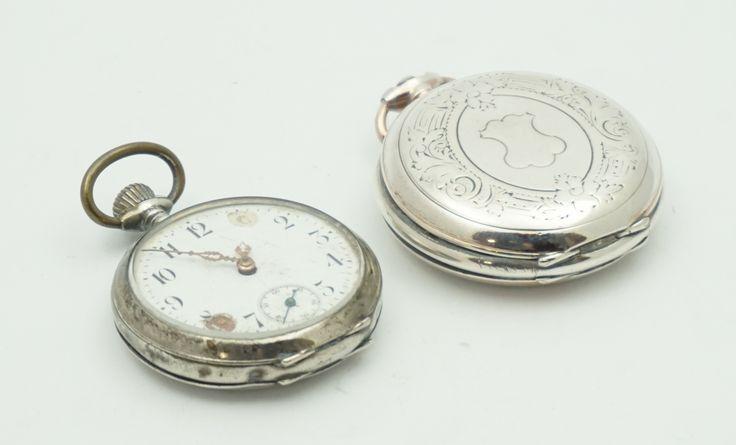 Twee antieke zakhorloges in zilveren kast