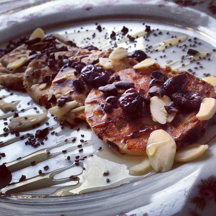 Panqueques vegan de trigo sarraceno acompañado de almendras peladas, cranberries, syrup de agave, nibs de cacao crudo y chía.