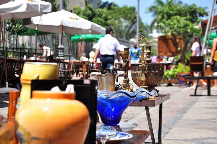 """Uma opção para curtir a cidade é a Feira do Rio Antigo, que acontece na Rua do Lavradio, no próximo sábado, dia 7.É possível encontrar desde discos de vinil até móveis antigos, além de artesanatos, roupas e bijuteirias. São cerca de 400 expositores. O evento, que é gratuito, acontece das 10h às 19h. A praça...<br /><a class=""""more-link"""" href=""""https://catracalivre.com.br/rio/agenda/gratis/o-primeiro-sabado-do-mes-e-dia-de-feira-do-lavradio/"""">Continue lendo »</a>"""