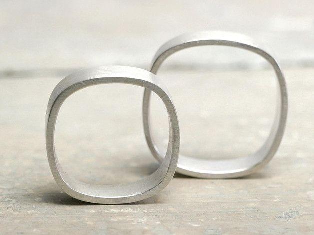 **Ringe müssen nicht immer rund sein! ** Diese Trauringe/Eheringe haben eine eckige, leicht bauchige Form. Matt gebürstet, handgeschmiedet aus 925 Silber.  So wird aus schlichten Ringen, doch...