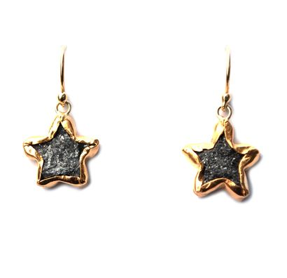Earrings with rough star diamonds set in 24ct gold by Nadine Kieft Jewelry