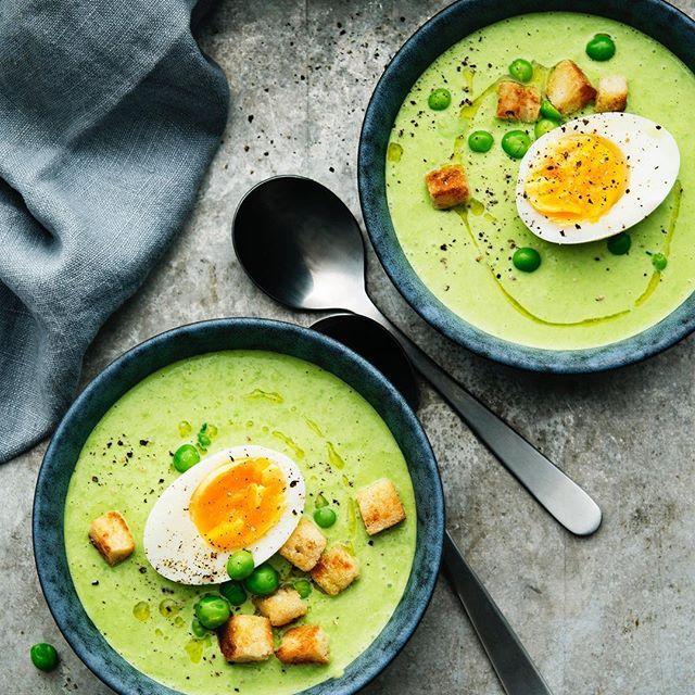 Sopptorsdag med krämig grön ärtsoppa som du serverar med frasiga, nystekta bröd-krutonger och kokta ägg/halvor. 🍲 Brukar du äta soppa på torsdagar? #santamariasverige #soppa