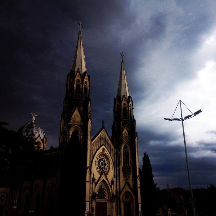 Feriado prolongado será de chuva em Botucatu -     Neste sábado, dia 11, o ar mais quente e úmido ainda predomina sobre o estado de São Paulo, deixando o tempo abafado e com previsão de pancadas de chuva e trovoadas em áreas isoladas, principalmente no decorrer da tarde/noite. As temperaturas estarão em declínio entre a noite de sábad - http://acontecebotucatu.com.br/cidade/feriado-prolongado-sera-de-chuva-em-botucatu/