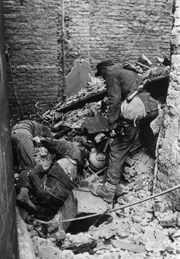 Upadek Powstania Warszawskiego - 68 lat temu, po dwóch miesiącach walk, upadło Powstanie Warszawskie. Zobacz zdjęcia kapitulacji i zniszczonej stolicy.