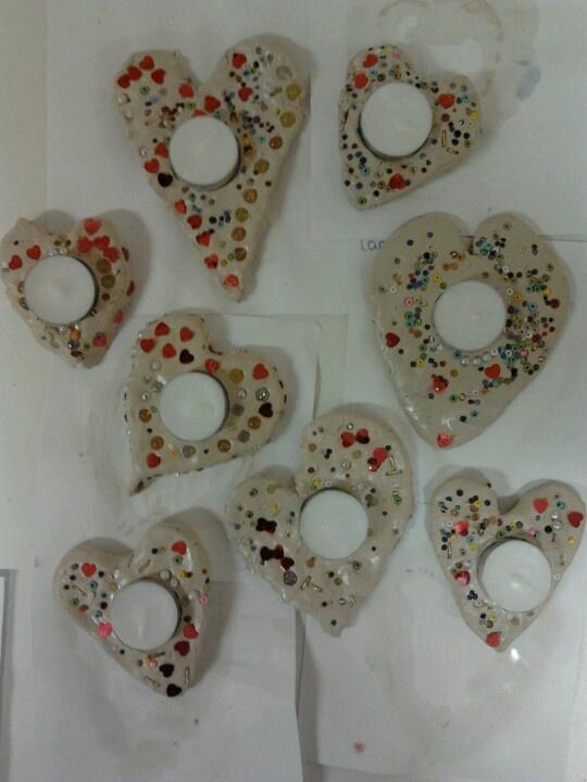 Waxine hartje, met gips of klei? Boetseerklei plat rollen, hartje uitsteken, gips in de holte gieten, waxinelichtje erin drukken, nachtje wachten, klei verwijderen evt. schilderen.