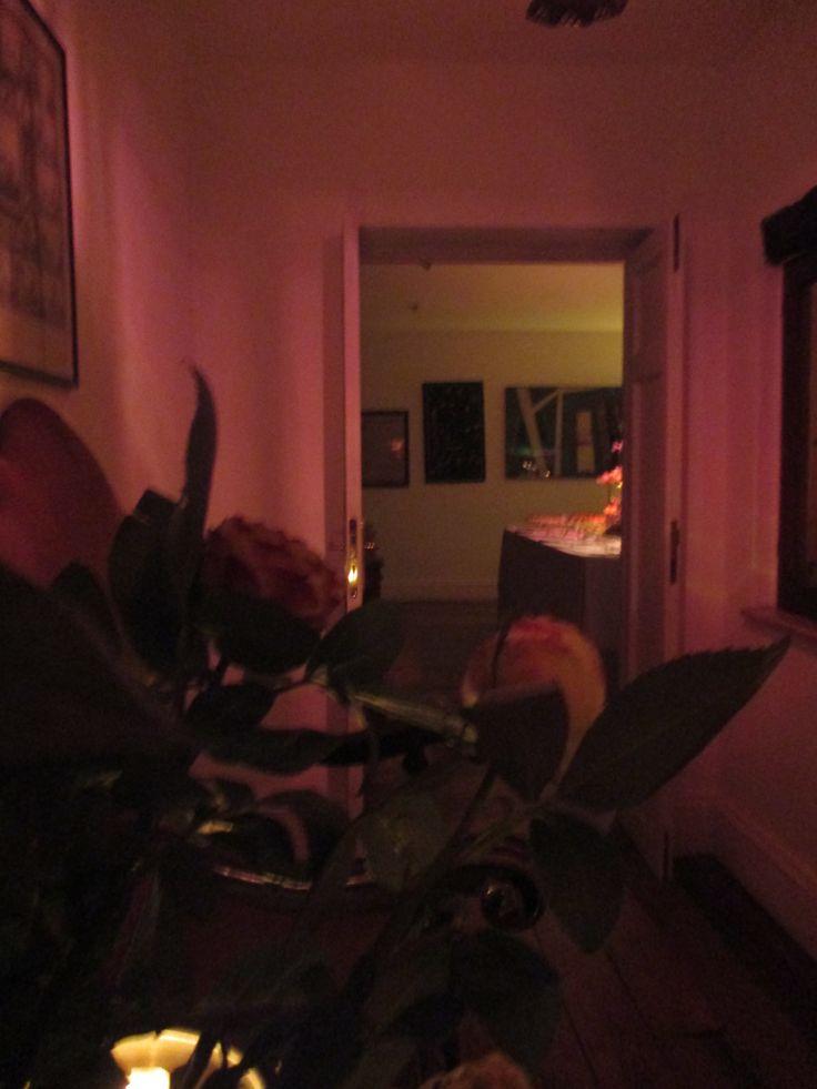 Una suggestiva abitazione a Trastevere per festeggiare le nozze con gli amici. Il nostro banqueting in veste nuziale per esaltare i sapori autunnali con pietanze a base di zucca, radicchio, castagne e legumi. E un gateau de marriage come un prato fiorito