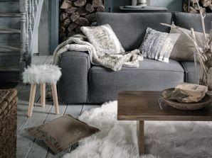 salon avec canapé et textile en fourrure