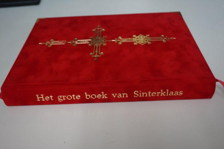 Sintboeken met hoekjes gemaakt van fluweel zachte fleece stof sinterklaasboek kruis en titel in goud Het grote boek van Sinterklaas -