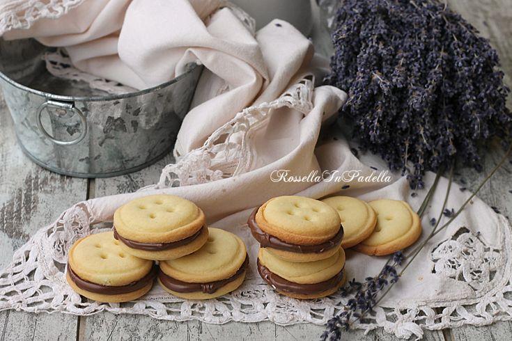 Biscotti+di+frolla+farciti+alla+nutella