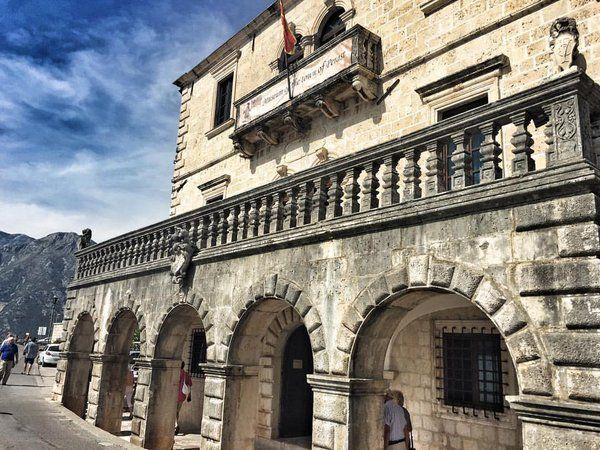 Старые здания хранят много секретов.Красивые,монументальные,возвышаются под солнцем.Шум прибоя,крик чаеквсе им чуждо