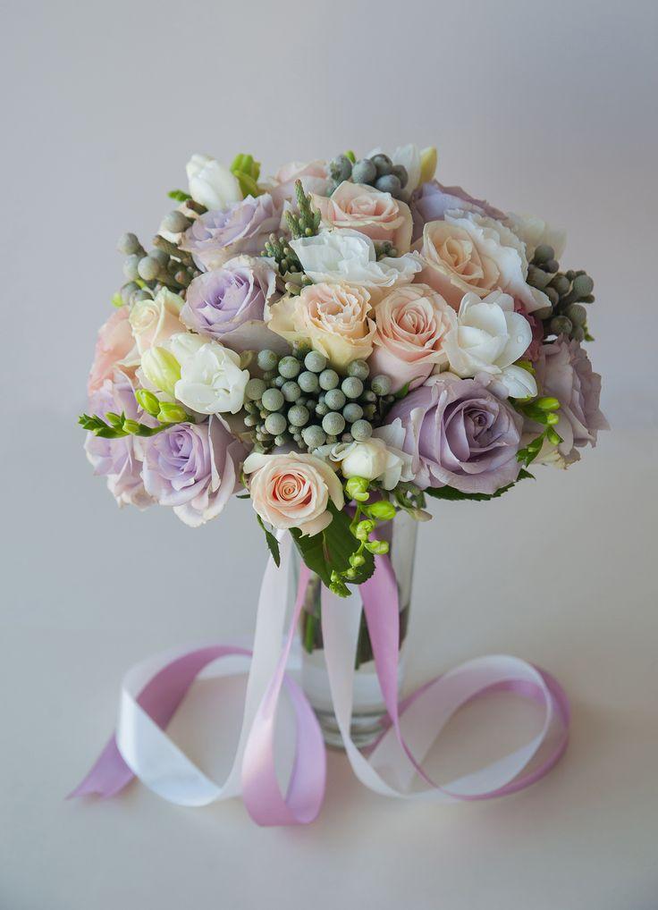 букет невесты в пастельных тонах из сиреневых и розовых роз, фрезии, эустомы и брунии