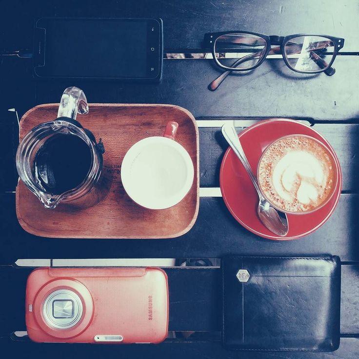 Bayangkan di tengah kemacetan Jakarta ada yang menawarkan kopi hangat nan enaa... Bisa jadi kopi gelombang kelima tuh ngopi bersama di parkiran massal Kuningan.  Tinggal kita integrasikan secara horizontal dengan tukang kacang bapao dan tiang listrik terdekat.  # #kopi #coffee #coffeetime