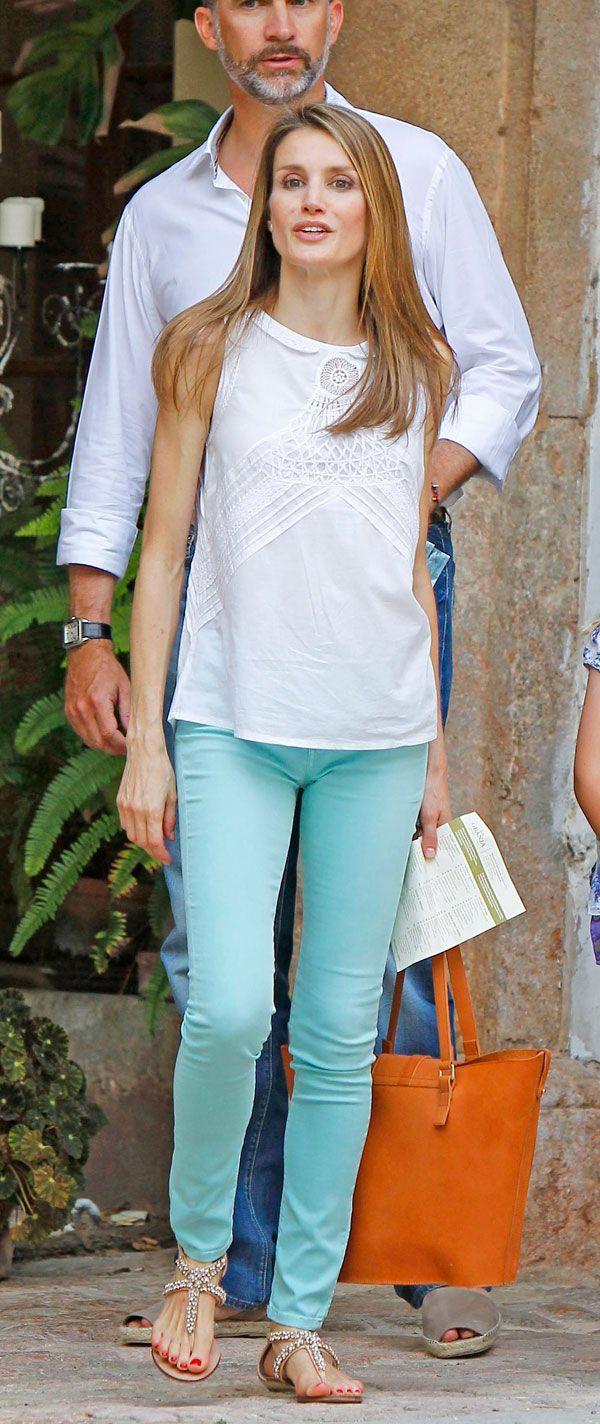 Pantalón azul cielo blusa blanca y guaraches