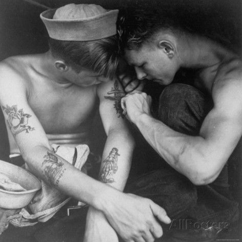 Charles Fenno Jacobs: American Sailor Having Another Tattoo Done by Shipmate Aboard Battleship USS New Jersey During WWII - Impressão fotográfica