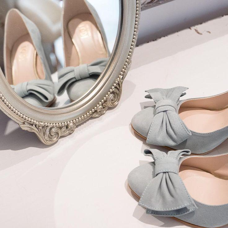 Un lunes es menos lunes con unos zapatos preciosos como los Kimberly en azul pastel 💙  En ante y con lacito, ¿se puede pedir más? 😍 ⠀ #lovestory #lovestorynovias #zapatosparanovia #zapatosdenovia #brideshoes #blueshoes #zapatosterciopelo #love #novia #wedding #complementosdenovia #lodi⠀