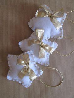 Set di tre decori natalizi: Stelle in feltro con fiocchetto e cordoncino dorato. di TinyFeltHeart su Etsy