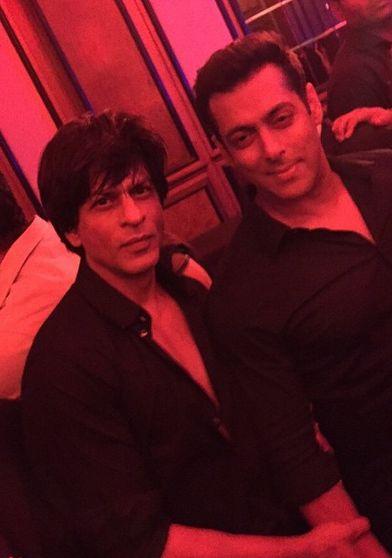 """Shahrukh Khan and Salman dance to """"Chaiyya Chaiyya"""" at Arpita Khan's reception"""