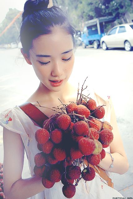 Lychee was also the favourite fruit of Emperor Li Longji (Xuanzong)'s favoured concubine Yang Yuhuan (Yang Guifei, one of four most beautiful women in ancient times in China). The emperor had the fruit delivered at great expense to the capital. In the Chinese classical work, Shanglin Fu, it is related that the alternate name, meaning leaving its branches, is so-called because once the fruit is picked it deteriorates quickly.#lychee #luofu #fruit #food