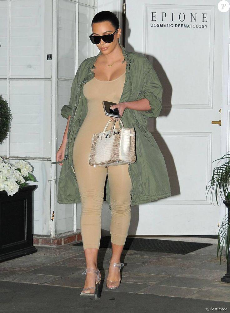 Kim Kardashian à la sortie du centre dermatologique Epione à Beverly Hills, porte une parka kaki, un body beige, et des sandales transparentes Prada (collection printemps-été 2010). Des lunettes de soleil Saint Laurent et un sac Hermès complètent sa tenue. Le 2 mars 2016.