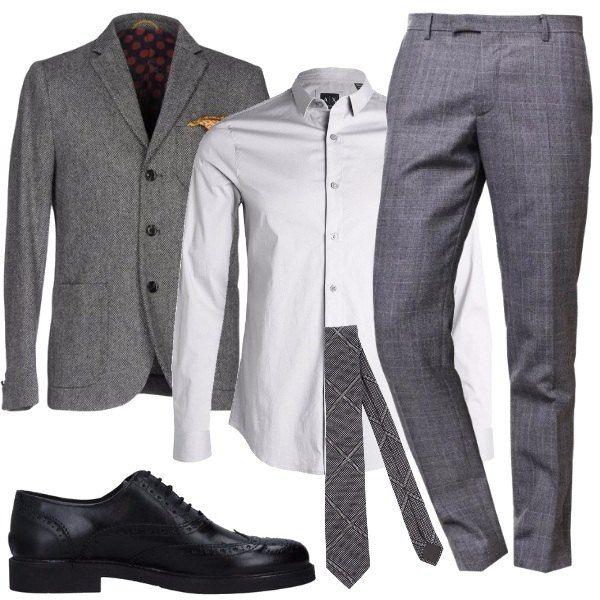 Una giacca grigia a tre bottoni, in lana, camicia griffata Armani, pantaloni grigi, in lana, a quadri, stringate nere in pelle e cravatta a fondo grigio a quadri.