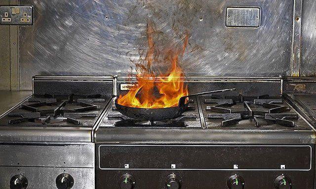 ΕΙΔΙΚΟΤΗΤΑ ΔΙΑΣΩΣΤΗΣ: Τι κάνεις αν αρπάξει φωτιά το τηγάνι