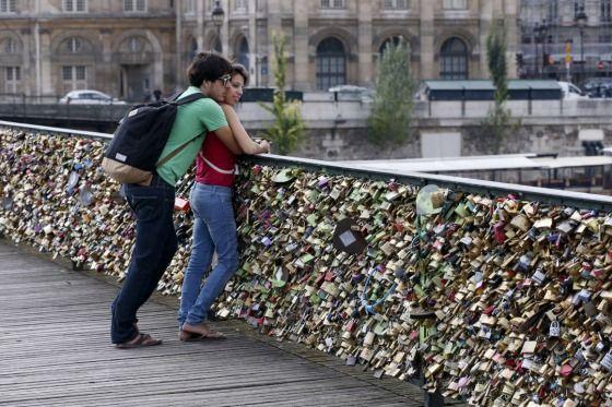 """Acumulados, o peso dos cadeados tem gerado preocupação em vários lugares, pois se espalharam entre pontos e monumentos emblemáticos como na Ponte das Artes, em Paris, em Florença, na Ponte Velha, em Pécs (Hungria), na Mecsek, também na ponte Luhkok, em Moscou, e na de Santiago, da cidade espanhola de Zaragoza.  Um exemplo no qual Veneza está se baseando é a o procedimento na ponte Isabel II, em Sevilha, catalogada como """"bem de interesse cultural""""desde 1976, e que tem limpeza de objetos…"""