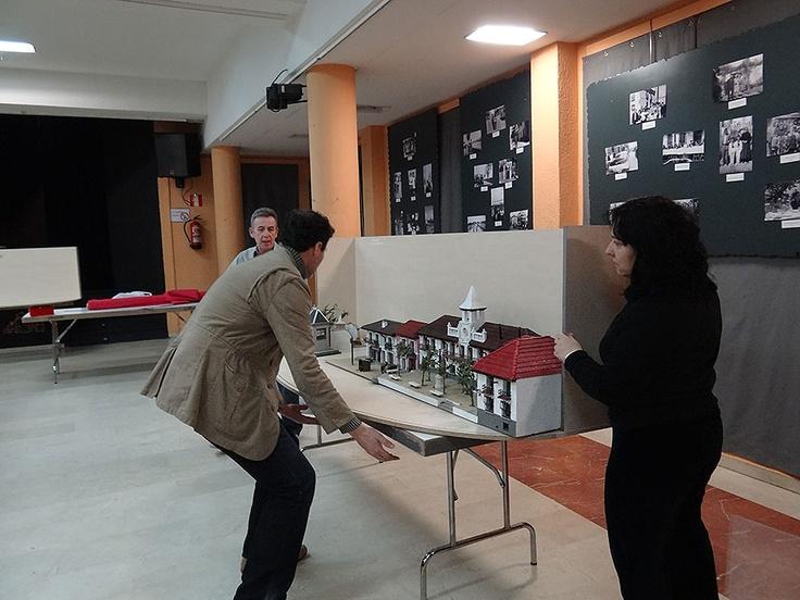 Montaje de la exposición. Instalación de la preciosa maqueta del antiguo Ayuntamiento de Getafe realizada por Luis Caboblanco (25-02-2013)