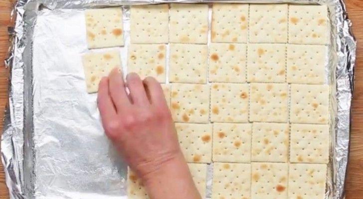 Elle met des crackers sur une feuille de cuisson, mais le résultat final est tout sauf salée … Délicieux!