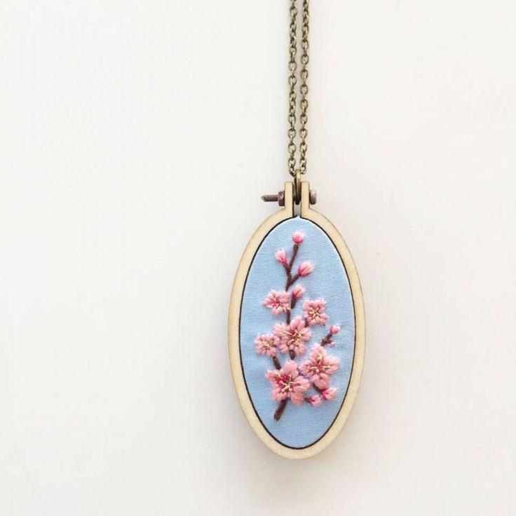 Sakura Minyatür Kasnak Kolye Mavi pamuklu kumaş üzerine nakış tekniği ile sakura deseniişlenerek minyatür kasnak.... 411072