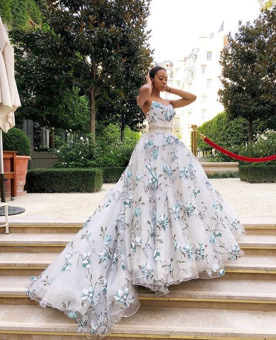 Vestidos de noiva com detalhes coloridos - Beatriz Rodrigues - Mãe eu cresci | Vestidos de noiva in 2019 | Strapless dress formal, Wedding dress patterns, Dresses